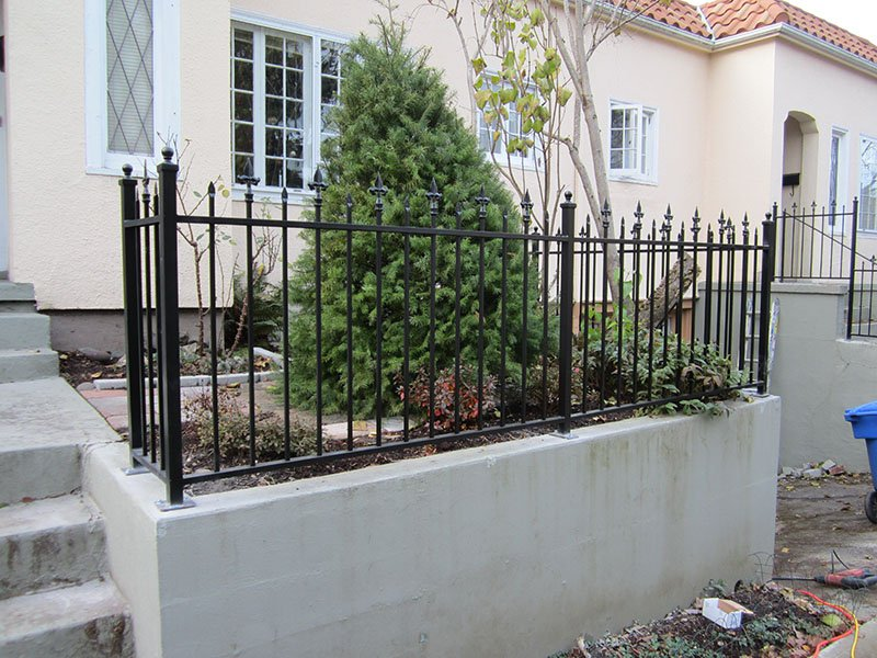 alternating spear point iron fence
